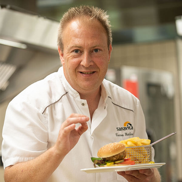 Sanavita Gastronomie Koch mit Essen