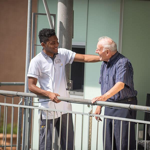 Zwei Männer im Pflegeheim Lindenpark